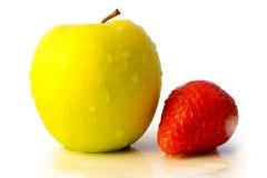 Appel en aardbei die op wit wordt geïsoleerdl royalty-vrije stock fotografie