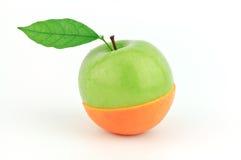 Appel en sinaasappel die in de helft wordt gesneden Stock Fotografie