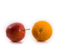 Appel en Sinaasappel die op Witte Achtergrond wordt geïsoleerdn Royalty-vrije Stock Foto