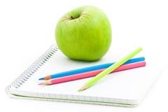 Appel en spiraalvormig notitieboekje stock foto's