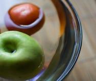 Appel en tomaat in vaas Stock Fotografie