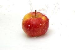 Appel en vers, schoon water. Stock Foto