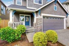Appel gentil de restriction de maison à deux niveaux, de peinture extérieure de moka et d'allée concrète photo stock
