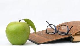 Appel, glazen en open boek Royalty-vrije Stock Foto's
