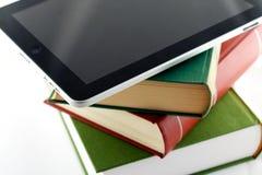 Appel ipad op een stapel boeken stock fotografie