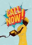 Appel maintenant ! Rétro affiche grunge typographique La main tient un récepteur téléphonique Illustration de vecteur Images stock