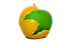 Appel met een schil van een sinaasappel stock fotografie
