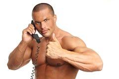 Appel musculaire d'homme avec le téléphone Photographie stock libre de droits