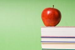 Appel op boeken stock foto