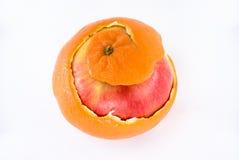 Appel in sinaasappelschil stock foto