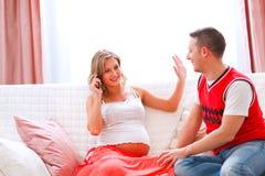 Appel téléphonique de réponse de femme enceinte image stock