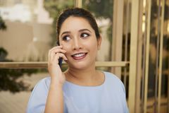 Appel téléphonique de réponse de jolie femme d'affaires image libre de droits