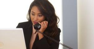 Appel téléphonique de réponse de femme d'affaires mexicaine Photos libres de droits