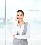 Appel téléphonique de téléphone portable de sourire de femme d'affaires Image libre de droits