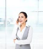 Appel téléphonique de téléphone portable de sourire de femme d'affaires Photos stock