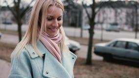 Appel visuel de femme caucasienne heureuse de mouvement lent Beau selfie de prise blond assez élégant des jeunes 20s sur le webca clips vidéos