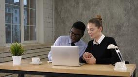 Appel visuel de fond, homme d'affaires et femme d'affaires d'affaires parlant à quelqu'un et prenant des notes banque de vidéos