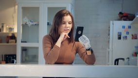 Appel visuel fait par une jeune femme avec un bras bionique banque de vidéos