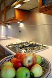 Appel in zilveren keuken. stock afbeelding