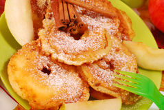Appelbeignets voor kind Stock Foto's
