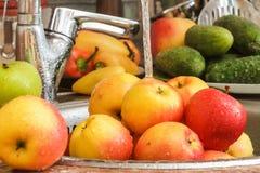 Appelen in de keuken onder het water stock fotografie