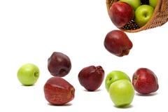 Appelen die van een mand vallen Stock Foto's