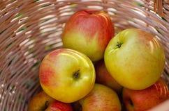 Appelen in een houten mand royalty-vrije stock afbeelding