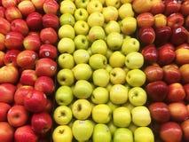 Appelen in een Kruidenierswinkelopslag Stock Foto