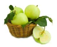 Appelen in een mand Stock Afbeeldingen