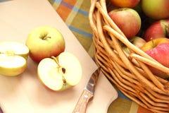Appelen in een mand Royalty-vrije Stock Foto's