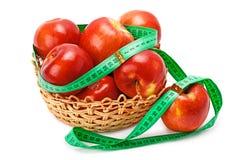 Appelen in een mand en een centimeter worden geschikt die Royalty-vrije Stock Foto