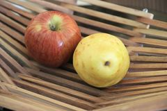 Appelen in een mand op houten lijst royalty-vrije stock foto