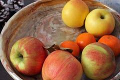 Appelen in een plaat Het Stilleven van het fruit stock foto's