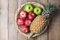 Appelen en ananas Royalty-vrije Stock Afbeeldingen