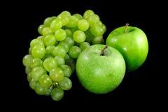 Appelen en druiven op zwarte achtergrond Royalty-vrije Stock Foto's