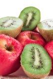 Appelen en kiwi op een schotel royalty-vrije stock afbeelding