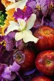 Appelen en mooie bloemen Royalty-vrije Stock Foto