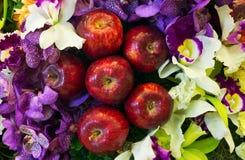Appelen en mooie bloemen Stock Afbeeldingen