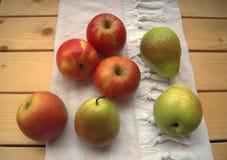 Appelen en peren op de keukenhanddoek op een houten lijst, rustieke styl Royalty-vrije Stock Afbeelding