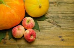 Appelen en pompoen op houten achtergrond Royalty-vrije Stock Foto