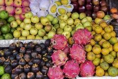 Appelen en vruchten in de markt royalty-vrije stock afbeeldingen