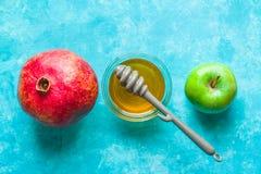 Appelen, granaatappel en honing op een turkooise lijstlijn Royalty-vrije Stock Afbeelding