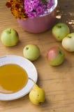 Appelen, honing en bloemen Royalty-vrije Stock Foto's