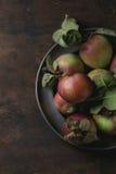 Appelen met bladeren Stock Afbeelding