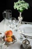 Appelen met glazen en bestek Stock Afbeelding