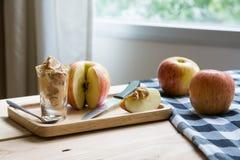 Appelen met pindakaas royalty-vrije stock afbeelding