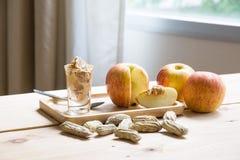 Appelen met pindakaas royalty-vrije stock afbeeldingen