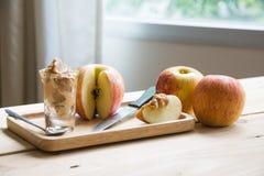 Appelen met pindakaas stock afbeeldingen