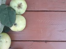 Appelen op de houten lijst royalty-vrije stock afbeelding