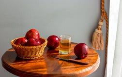 Appelen op de lijst, appelsap, Ochtend in de ruimte naast het venster stock foto